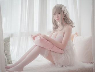 [网红COSER] Yoko宅夏 - 白色丝质连衣裙Cos系列  丝袜美图[26P]