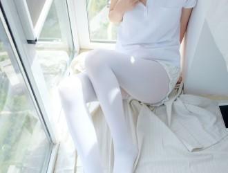 [森萝财团] R15-018 窗台上的白丝少女 萝莉丝袜写真套图[86P]