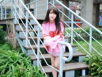 台湾美女欣欣新竹东门城外拍宽松粉红毛衣配牛仔裤清纯写真125P