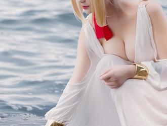 甜美女神户外海边白色低胸裙飘逸秀豪乳难以抵挡诱惑写真39P